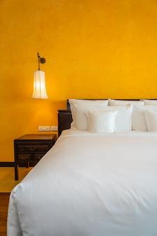 Wit hoofdkussen op het binnenland van de beddecoratie van slaapkamer