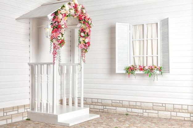 Wit huis met bloemen en witte veranda. provence.