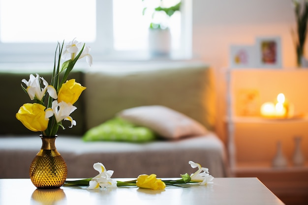 Wit interieur met lentebloemen en decoraties
