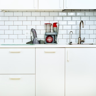 Wit interieur, moderne en minimalistische stijl keuken met huishoudelijke apparaten.