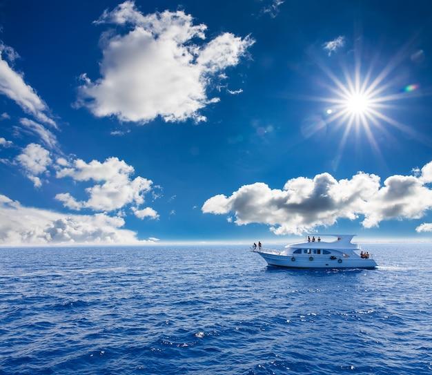 Wit jacht in de blauwe tropische zee