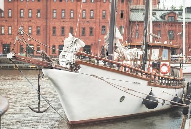 Wit jacht in de haven van de oude stad, helsinki, finland