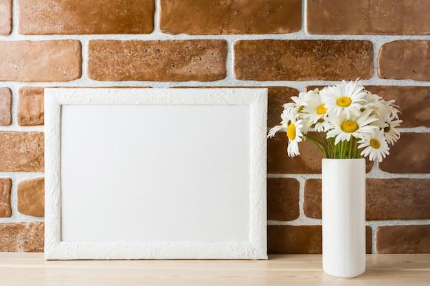 Wit kadermodel met madeliefjeboeket in gestileerde vaas