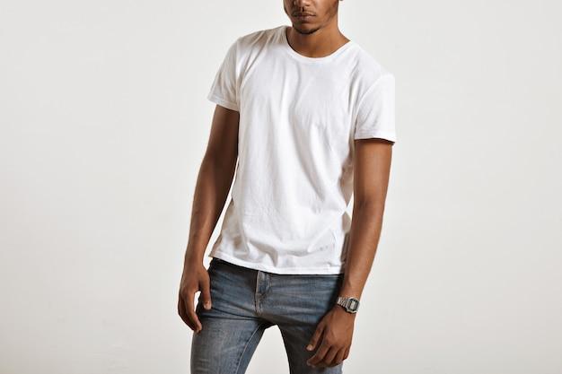 Wit katoenen t-shirt zonder label gepresenteerd op het gespierde lichaam van een jonge atleet
