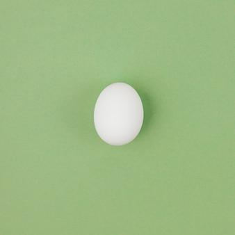 Wit kippenei op groene lijst