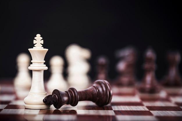 Wit koninginschaak van de concurrentie bedrijfsstrategie met overwinning, succes en winnend concept