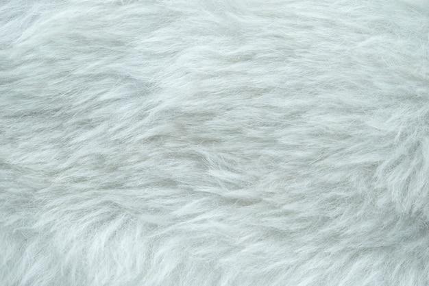 Wit kunstmatig harnas voor bescherming tegen windgeruis.