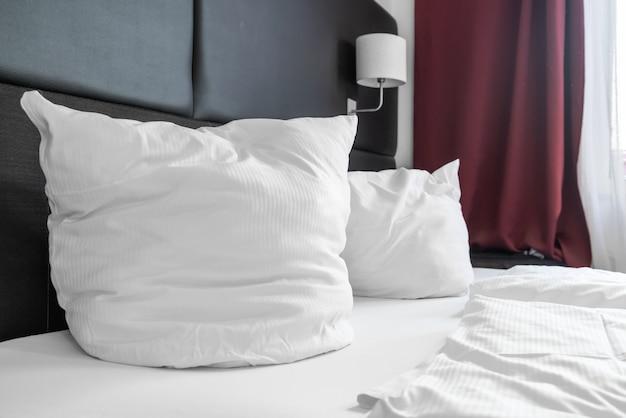 Wit kussen op bed