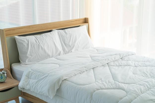 Wit kussen op beddecoratie in slaapkamer