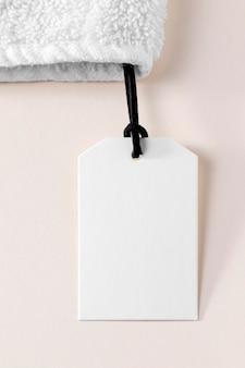 Wit leeg etiket op witte handdoek
