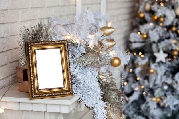 Wit leeg fotoframe op de open haard. kerst wit interieur met bokeh intreepupil effect