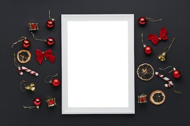 Wit leeg frame met kerstversieringen