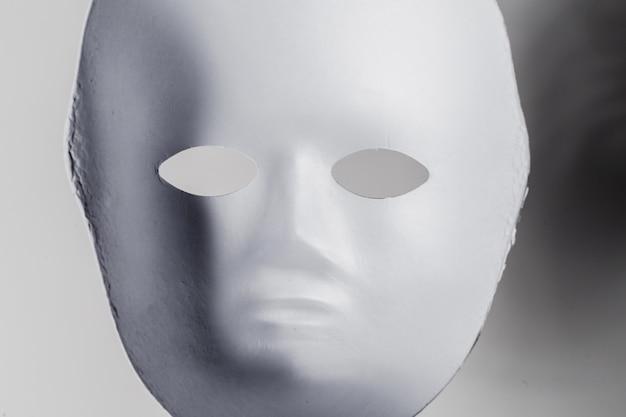 Wit masker dicht omhoog