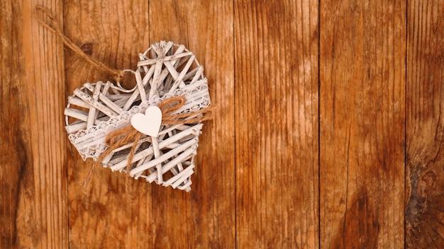 Wit met de hand gemaakt hart op houten. valentijnsdag concept.