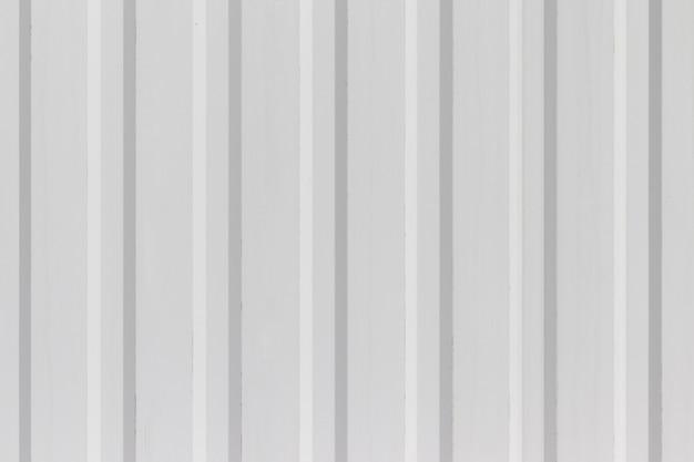 Wit metalen wand of hekwerk met verticale golfstroken