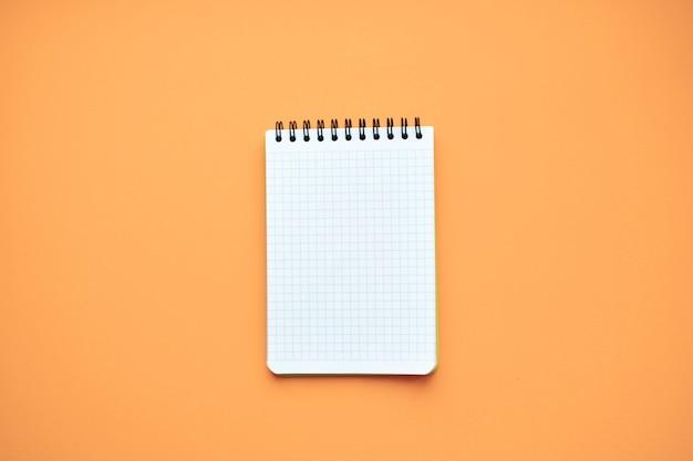 Wit notitieblok. het formulier. bovenaanzicht. kopieer ruimte.