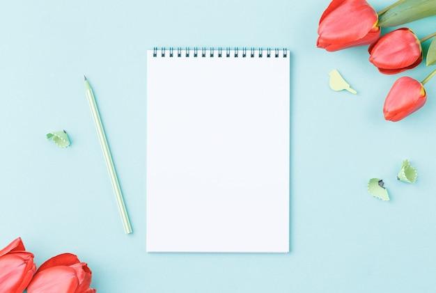 Wit notitieblok met potlood