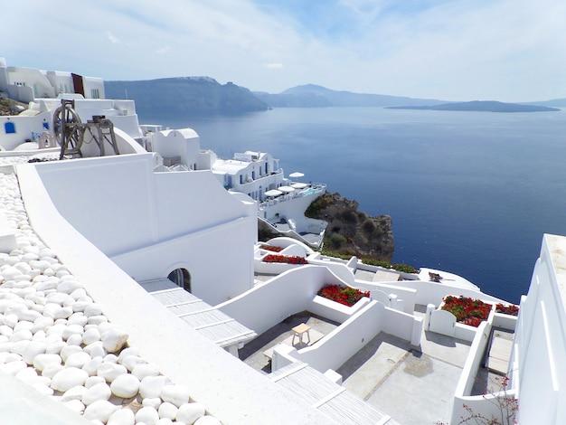 Wit oia village en blue aegean sea, santorini, griekenland