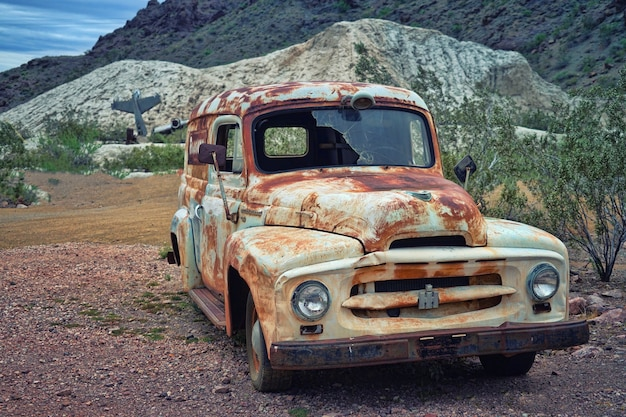 Wit oud voertuig