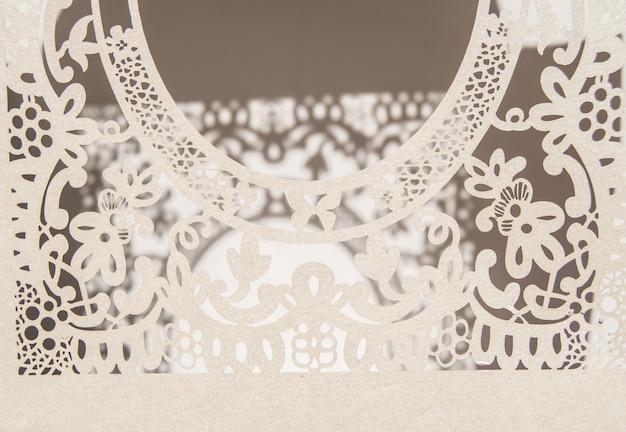 Wit papier hol kant ovaal frame, uitgevoerd in de sierlijke en luxe stijl op een roze achtergrond