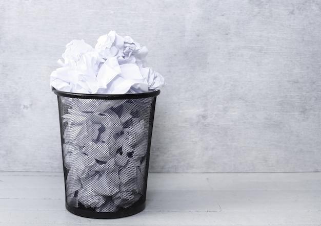Wit papier in de prullenbak