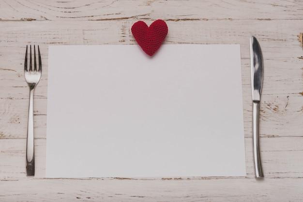 Wit papier met een hart op de top en bedekt aan de zijkanten