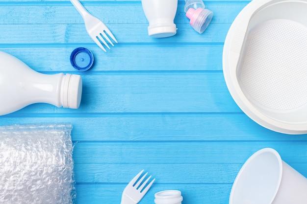 Wit plastic afval voor recycling op blauw