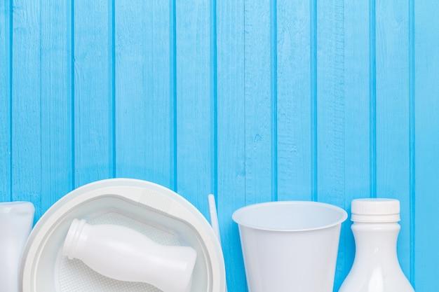 Wit plastic afval voor recycling op blauwe achtergrond