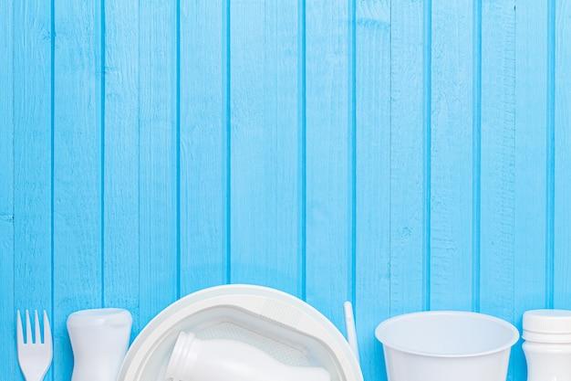 Wit plastic afval voor recycling op blauwe houten achtergrond