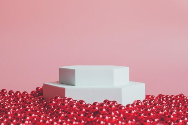 Wit podium op een roze achtergrond, voor de presentatie van producten