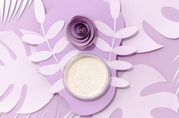 Wit poeder op paarse achtergrond