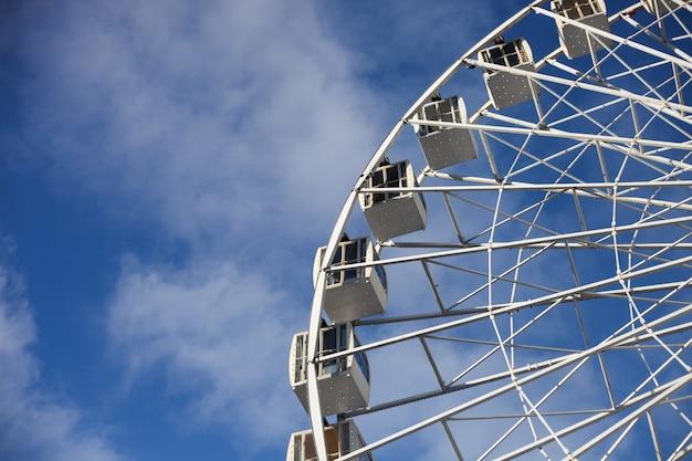 Wit reuzenrad over blauwe hemel in de zonnige dag