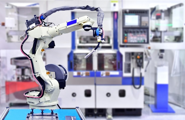 Wit robotachtig handwerktuigmachinesysteem in fabriek, industrierobot.