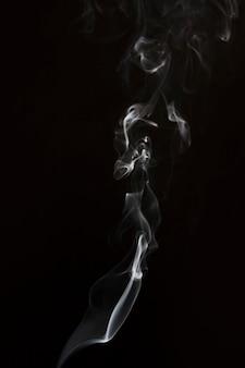 Wit rookwervelingspatroon tegen zwarte achtergrond