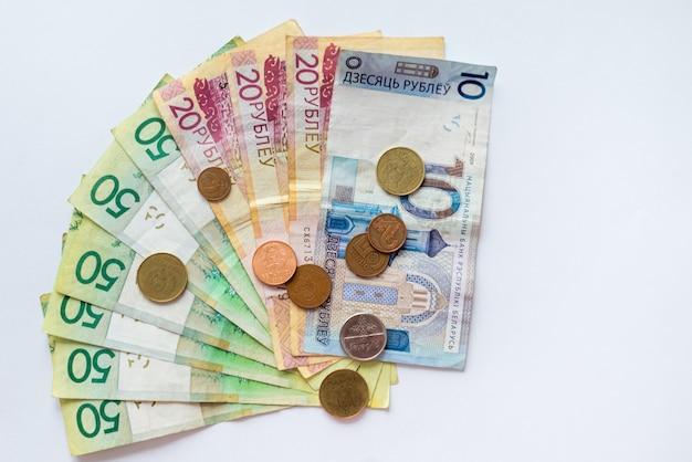 Wit-russisch geld op wit met ruimte voor tekst. wit-russische munten