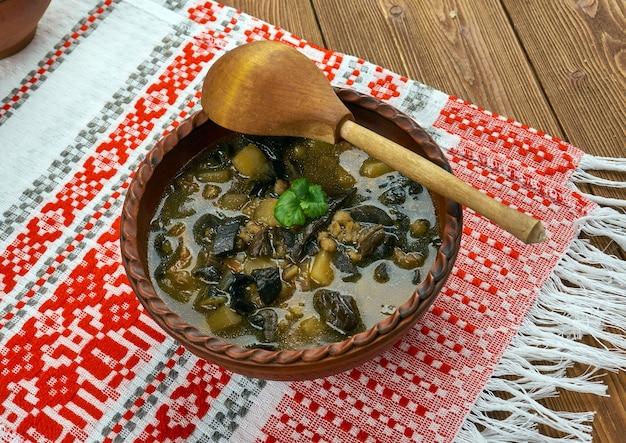 Wit-russische champignonsoep met gedroogde paddenstoelen en alkmaarse gort