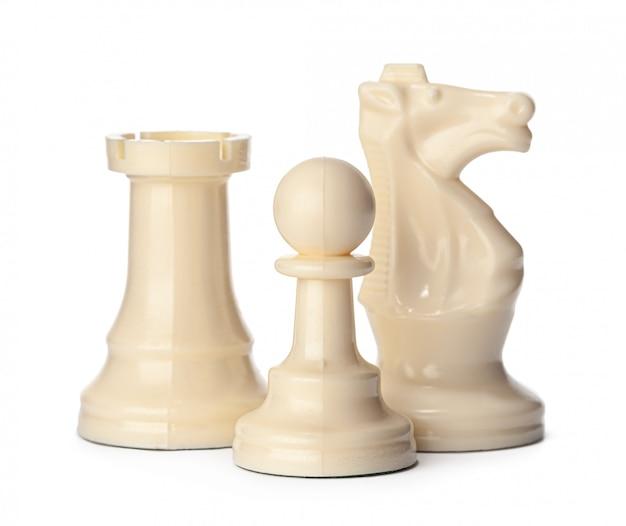 Wit schaakstuk dat op witte achtergrond wordt geïsoleerd