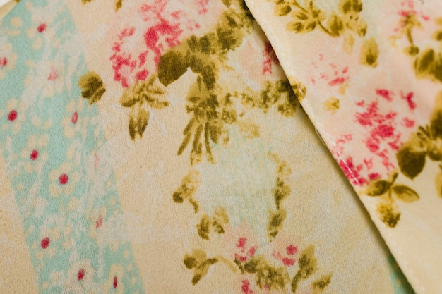Wit shirt met bloemen patroon close-up
