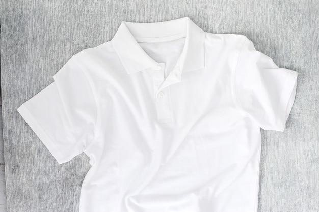Wit shirt op de tafel