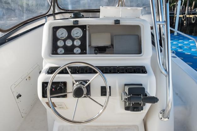 Wit snelheidsbedieningspaneel voor jachten met stuurwiel