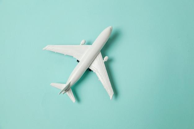 Wit speelgoedvliegtuig
