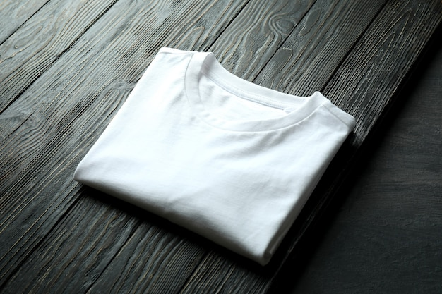 Wit sweatshirt op houten achtergrond