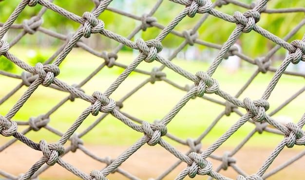 Wit touw vastgebonden in een knoop voor avontuur