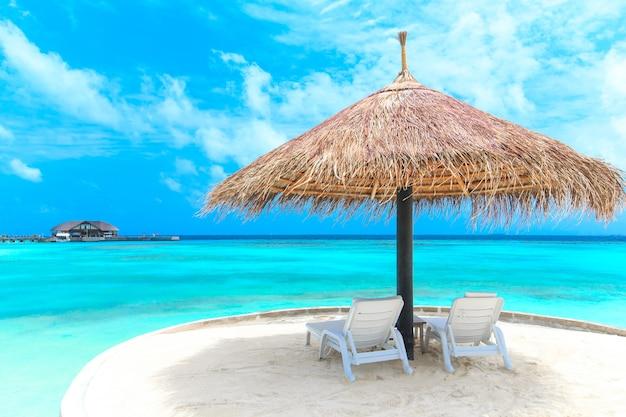 Wit tropisch strand in de maldiven