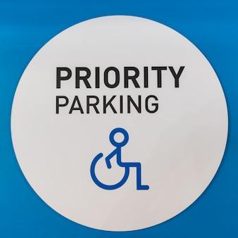 Wit uitgeschakeld parkeersymbool op blauwe achtergrond