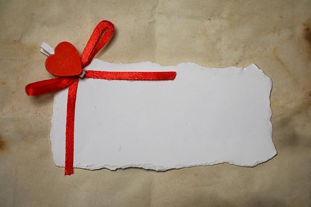 Wit vel papier liefdesbriefjes en hartvorm