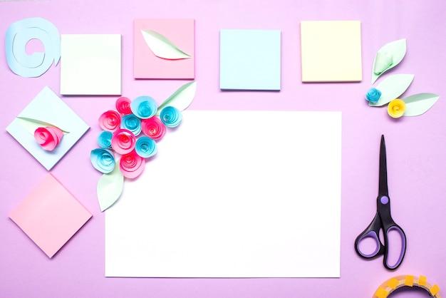 Wit vel papier met papieren bloemen gemaakt van gekleurde stickers