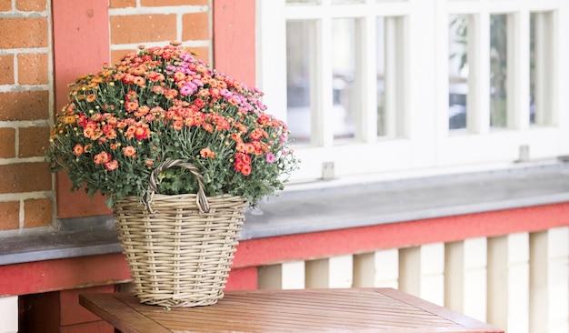 Wit venster en bloemen.