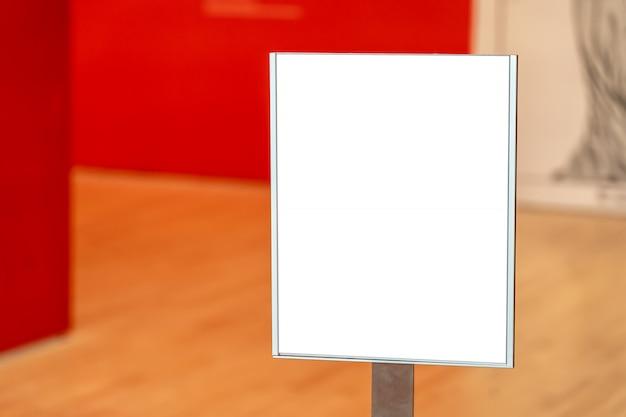 Wit vierkant concept binnen een museum