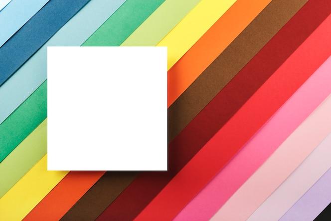 wit vierkant op een achtergrond van veel gekleurd karton